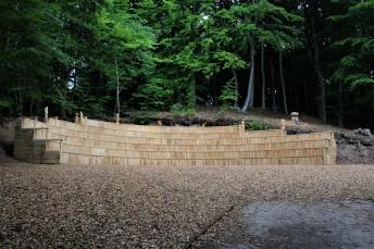 Amphietheater aus Holz im Wald
