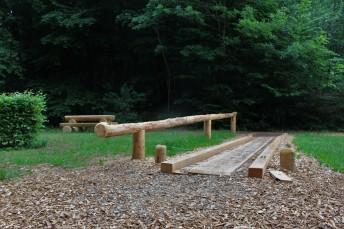 Kegelbahn aus Holz im Wald 3